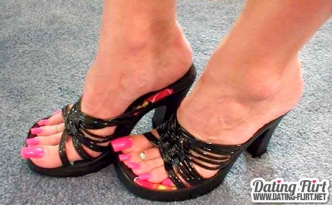 Heiße High Heels Fuß Erotik mit pink lackierten Fußnägeln